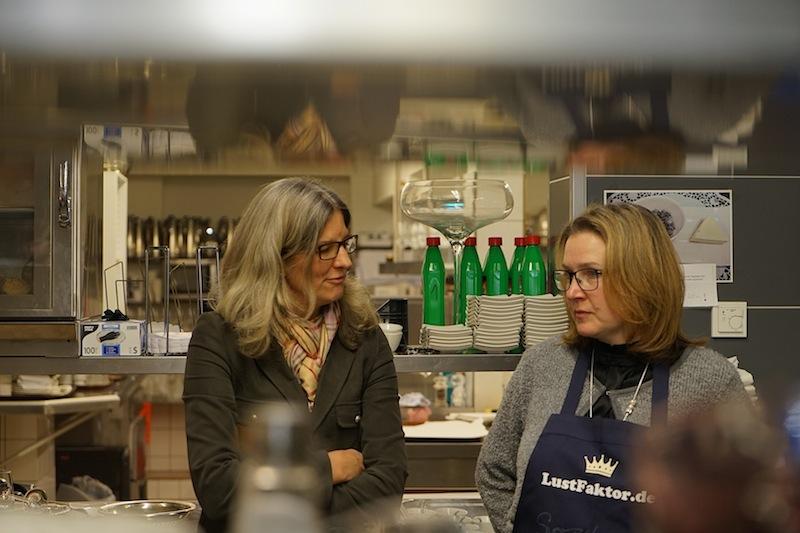 Auch Inhaberin Christiane Löfken (li.) lässt sich gern von neuen Kreationen ihres Küchenchefs überraschen
