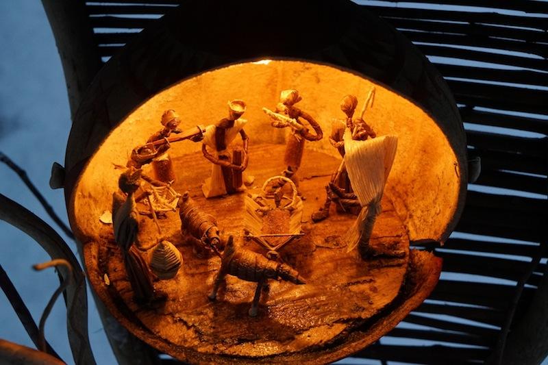 Die Freiluftaustellung von handgefertigten Krippen aus aller Welt gibt es während der Adventszeit rund um St. Petronella zu entdecken