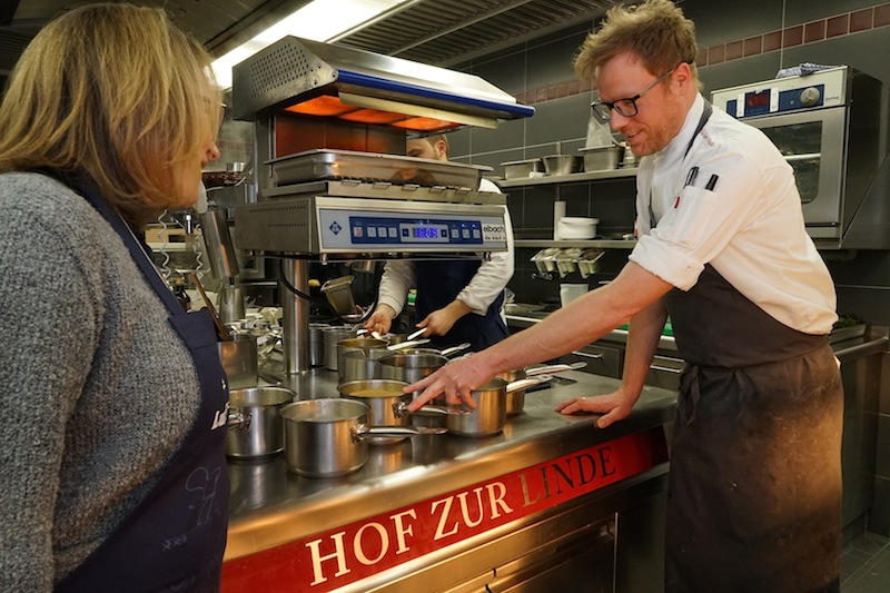 Einmal im Jahr gibt es im 4-Sterne Superior Romantik Hotel Hof zur Linde eine Küchenparty. Platz genug bietet die Hightech-Kochstube