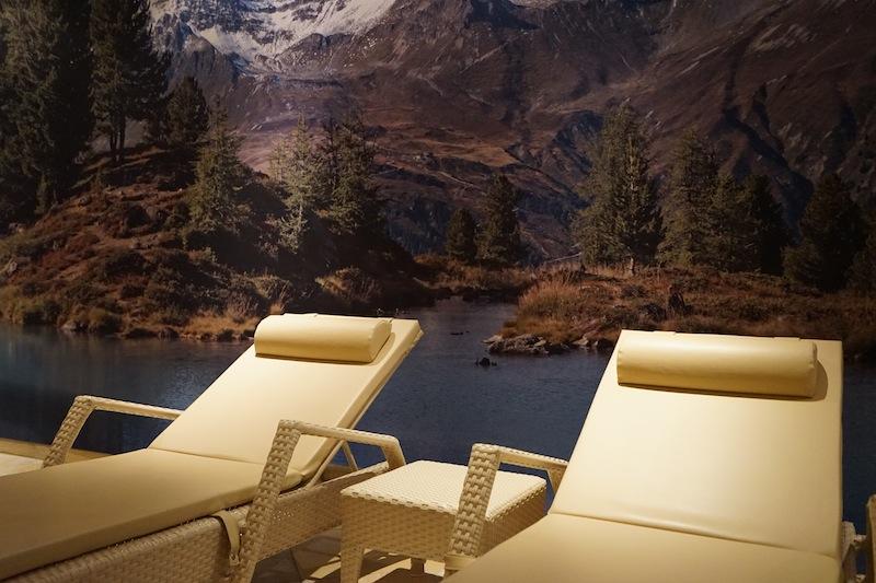 Auch in der Zone rund um den Pool sind sehr elegante Ruhemöglichkeiten zu finden, welche zum Träumen einladen