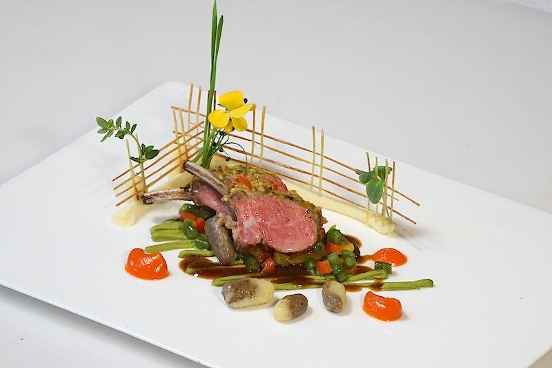 Typische Tirol: Paznauner Lamm. Von 3 Hauben Koch Martin Sieberer filigran auf den Teller gebracht