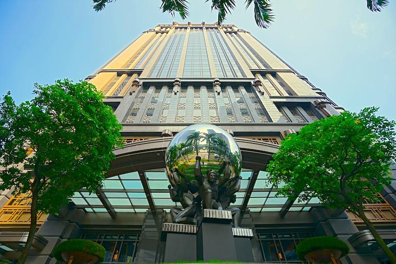 """Wer vor dem Gebäude """"Parkview Square"""" - dem Gotham City Singapores - steht, vermutet keine Bar im Inneren. Abers chon nach dem Eintritt in die Lobby hat der Gast einen einzigartigen Blick auf die ATLAS Bar"""