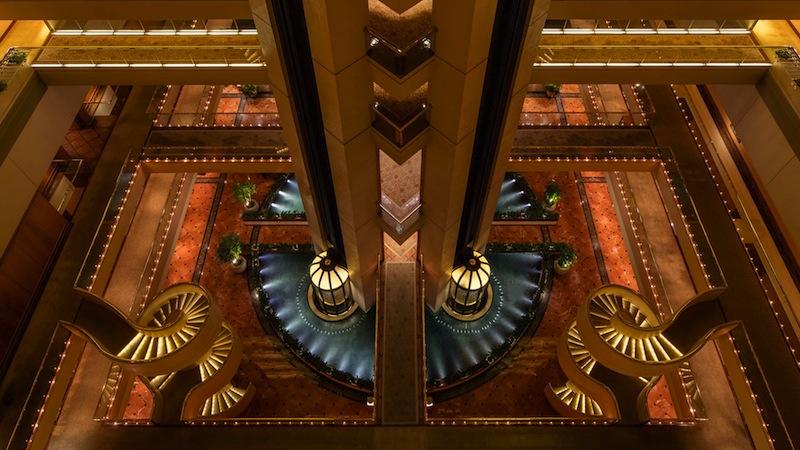 ... welche im Regent Singapore, a Four Seasons Hotel beheimatet ist. Hier ist das futuristische Artrium des Regent zu sehen