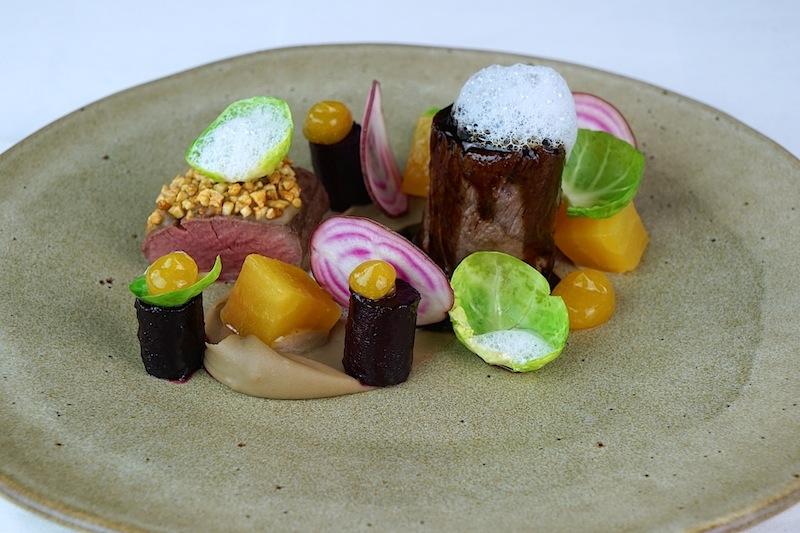 Rehrücken, Rote Bete, Passionsfrucht mit Kalhúa-Maronenpüree - kosmopolitisch und ideenreich ist die Küche von Chef de Cuisine Daniel Groß