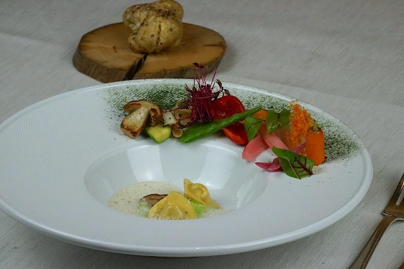 Steinpilzravioli im Gemüsegarten mit weißem Trüffel