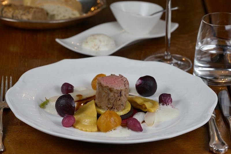 Schätze aus Westfalens Traditionsküche wie Blutwurst, Apfel, Zwiebel sowie Rüben kombinierte Chef de Cuisine Oliver Windau mit Ravioli und Kalbsfilet. Auch so kann die herzhafte ländliche Kochkunst aussehen und schmecken