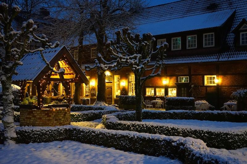Aus der Ferne laden die Lichter des Romantik Hotels Hof zur Linde ein, hineinzuspazieren und sich verwöhnen zu lassen