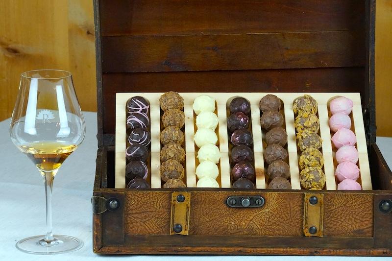Süße Kostbarkeiten aus der Pâtisserie - in der Paznaunerstube werden die vom Pralinenwagen gereicht, welche über eine noch größere Auswahl als die Schatzkiste verfügt