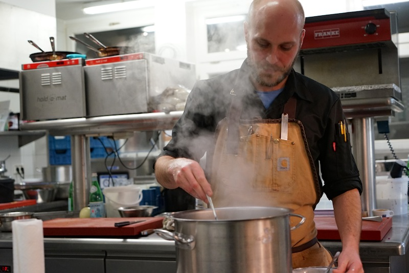 Chef de Cuisine Simon Stirnal konzentriert bei der Arbeit