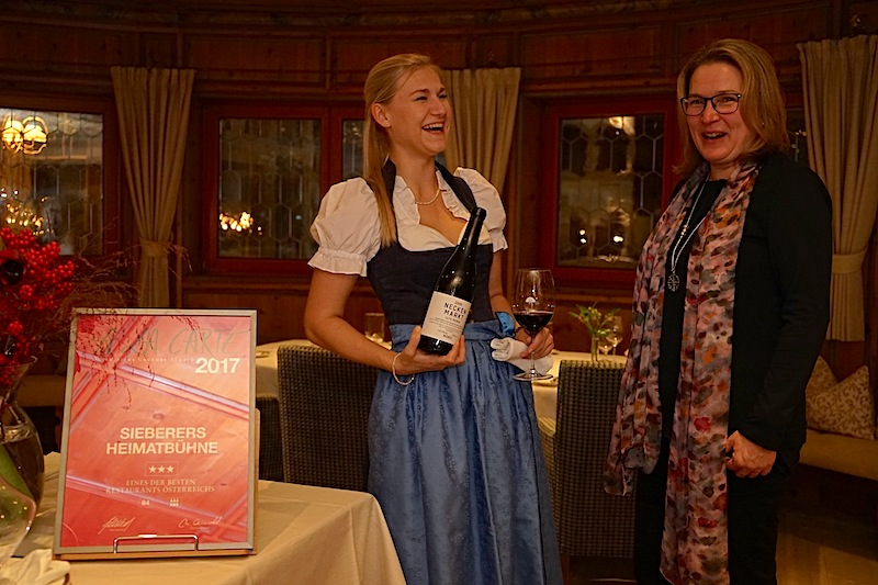 Treffen auf der Heimatbühne: Restaurantleiterin und Sommelière Betina Gross und FrontRowSociety.net Redakteurin Annett Conrad