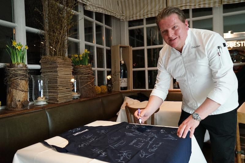 Christoph Rainer unterschreibt auf der speziellen Rheingau Gourmet & Wein Festival FrontRowSociety.net-Schürze