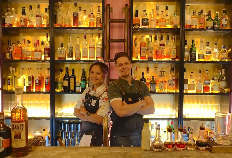 Coole Drinks von coolen Bartendern in der 28 HongKong Street Bar. Lukas Kaufmann (re.) und Charmaine Thio (li.)