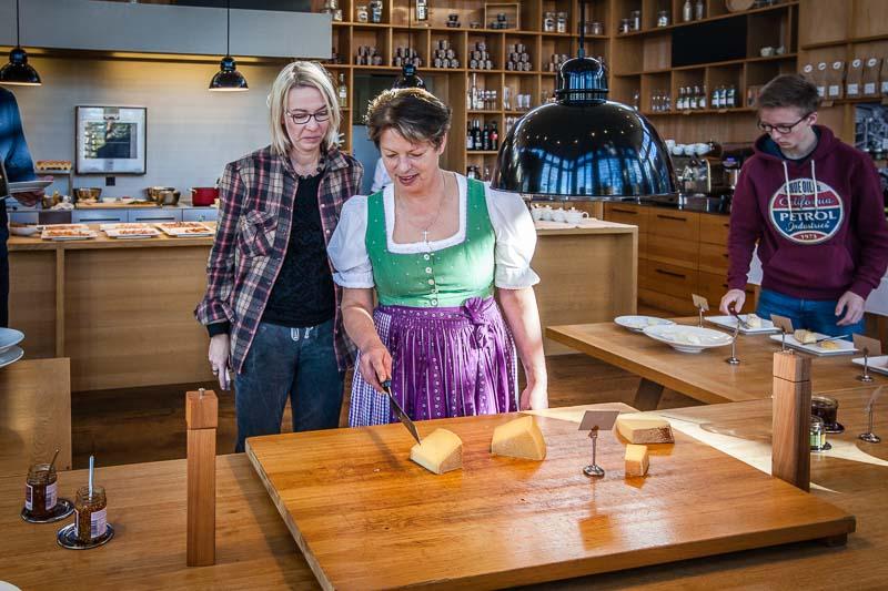 Regina erklärt mir die Käsesorten: Bergkäse Hittisau, 6 Monate gereift, 45 % Fett / Langenegger Dorfkäse, 4 – 5 Monate gereift, 55 % Fett / Heumilchkäse, 6 Monate gereift, vom Käsekasper affiniert / Moosbrucker Ursalzkäse