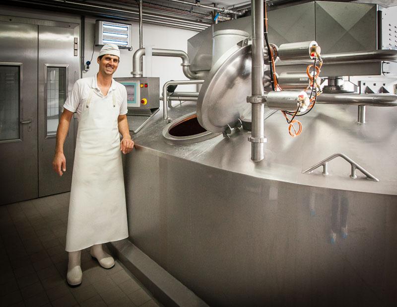 Sein Beruf: Molker und Käser, Meister Käser Mathias Greber am Fertiger
