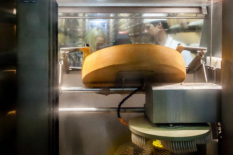 Roboter ziehen ihre Bahnen und putzen den Käse regelmäßig