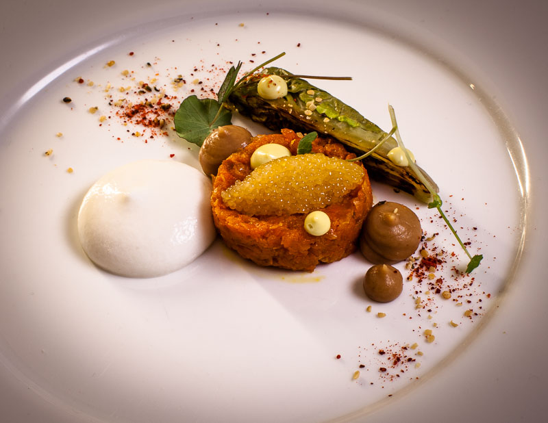 Karotten Tatar & Bohnen Miso, Hechtkaviar, Schafsmilch