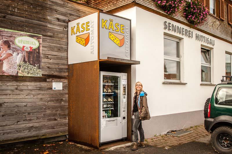 Die Sennerei und der Fortschritt: Vor der Tür steht ein Käseautomat. Hier gibt es auf Knopfdruck Bergkäse in gängigen Reifegraden