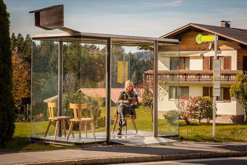 """Smiljan Radic, Chile. Eine Referenz an die Bregenzerwälder Stube. Die Intimität einer häuslichen Stube wird der Öffentlichkeit einre Bushaltestelle ausgesetzt. Ein Stück """"Stube"""" wie ausgeschnitten und in die Landschaft gesetzt"""
