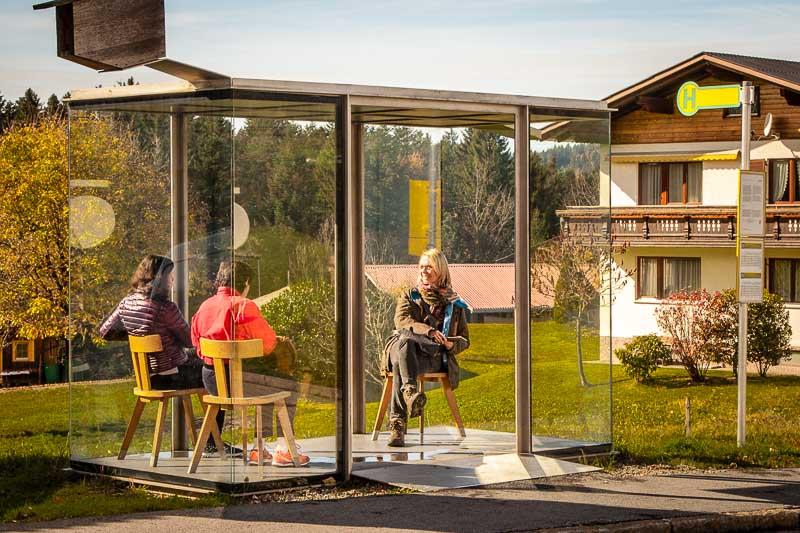 Gemütllich – auch zu Dritt – in der Bushalte-Stube von Smiljan Radic kommt man schnell ins Gespräch