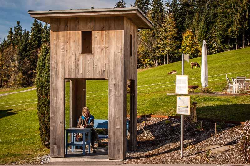 Alexander Brodsky, Russland. Ein präziser Turm aus Holz mit Öffnungen zu allen Seiten und an drei Seiten verglast. Für einen entspannten Aufenthalt stehen Tisch und Stuhl bereit