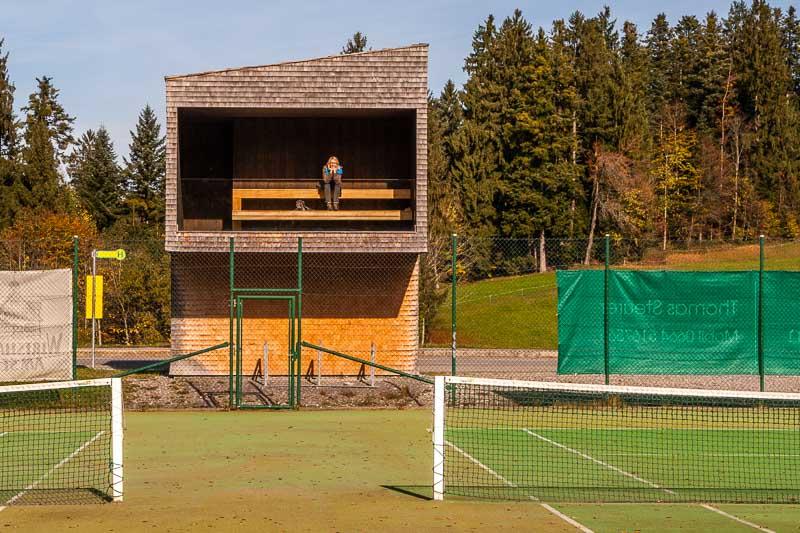 Oh wie schön kann warten sein: Tribüne zum Tennisplatz. Nur selber spielen wäre noch schöner findet FrontRowSociety.net-Redakteurin Angela Berg