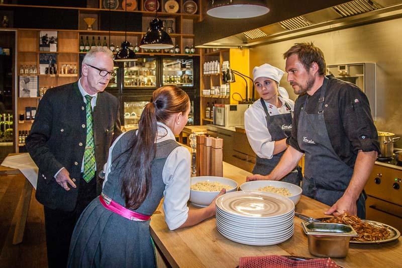 Bernd Reimer, seit Juni 2017 für das Gourmetrestaurant im Schiff zuständig, kann auch bodenständig: hier mit Azubi Anina bei der Vorbereitung von Voralberger Kässpätzle