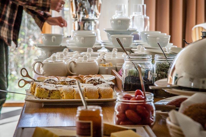Tee, Kuchen und natürlich eine Käseauswahl steht für die Hotelgäste am Nachmittag bereit