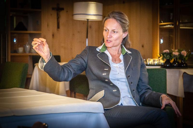 """Antonia Metzler, maßgeblich für die Modernisierung und Erweitung des 4-Sternehotels verantwortlich, ist auch die Erhaltung des Alten und der Einbezug des Regionalen ein Anliegen. Hilfreich bei allen Wagnissen und Investitionen ist der gebürtigen Nürnbergerin auch immer ihr """"Blick der Dazugestoßenen"""""""