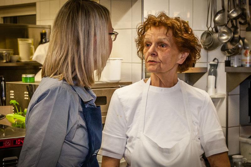 Erna Metzler – Namensgeberin für das Ernerle - ist immer noch täglich in der Küche präsent. Im Küchengespräch erzählt sie, dass ihr Vater bestimmt hat, was aus den Töchtern wird. Ihre Schwester ging in den Service, sie in die Küche. Als Autodidaktin war Erna Metzler dann so erfolgreich, dass sie für das Restaurant mehrere Hauben (so lauten in Österreich die Wertungen des Gault Millau) erkochte