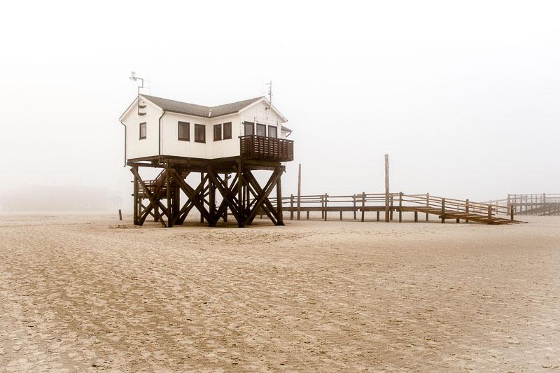 Bis zu sieben Meter hoch ragen die Pfahlbauten über den Strand. Seit mehr als 100 Jahren prägen die Konstruktionen aus Lärchenholz das Strandbild von St. Peter-Ording