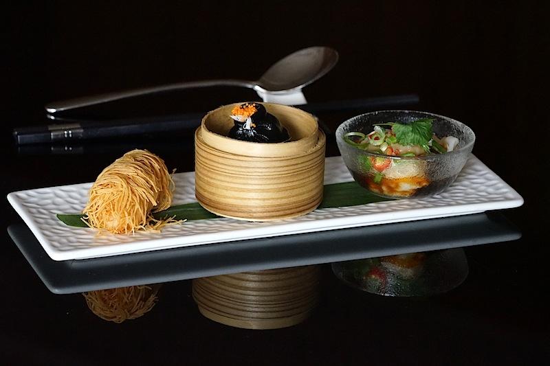 Dim Sum Trio: bestehend aus frittierten Garnelen und Mango, Tintenfisch, Hühnchen und Szechuan-Knödel sowie Meeresfrüchten