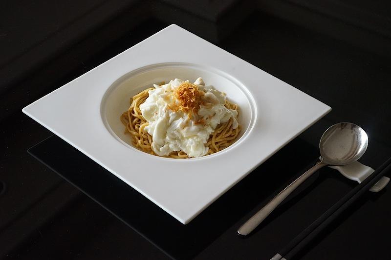Gedünstete Ee-Fu Nudeln mit Eischnee und Krabbenfleisch. Die Nudel werden regelmäßig aus Hongkong importiert
