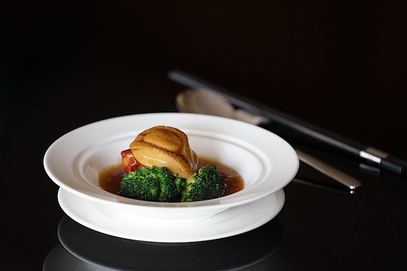 Für den deutschen Feinschmecker eher ungewöhnlich: Eine geschmorte Abalone (Seeohren) mit Spareribs