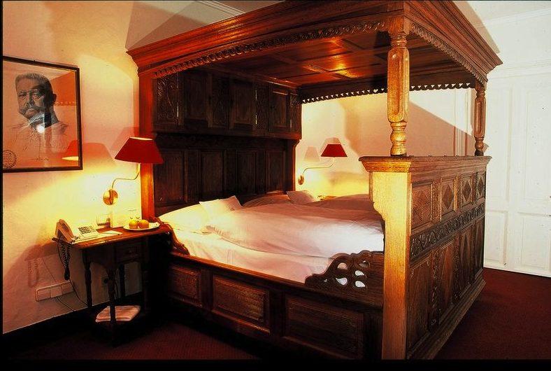 Romantik pur: Das nostalgische Himmelbettunterstreicht den Burgcharakter einzelner Gästezimmer