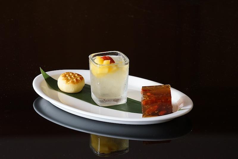 Sommer-Palast-Spezialitäten: Osmanthus-Gelee, gekühltes Zitronengras-Gelee mit Aloe Vera in Limettensaft und ein hausgemachtes Ananas-Törtchen