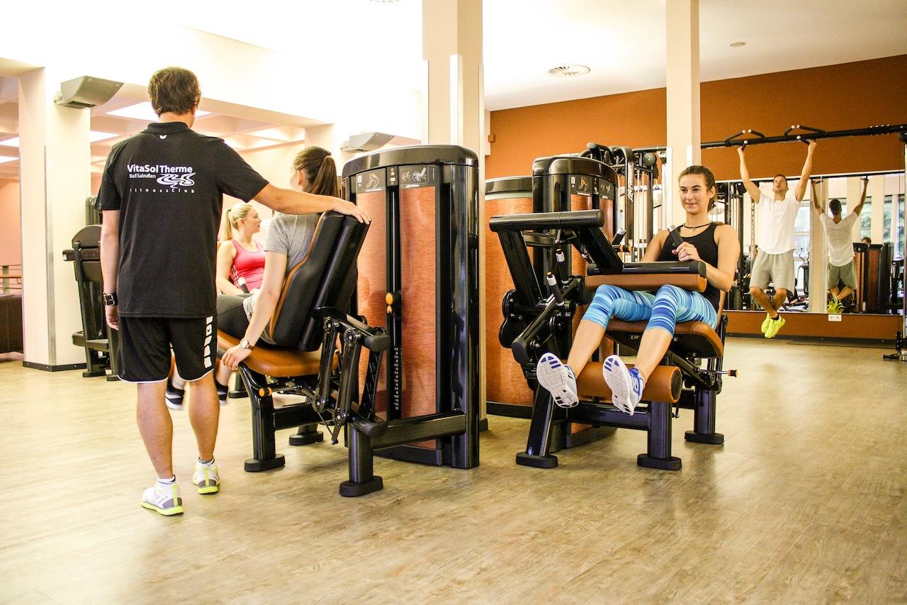 Eine große Anzahl an Trainingsgeräten stehen im FitnessClub zur Verfügung / © VitaSol Therme GmbH