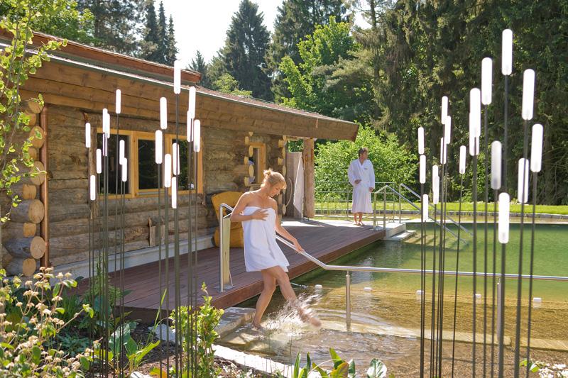 Sauna mit Naturteich / © VitaSol Therme GmbH