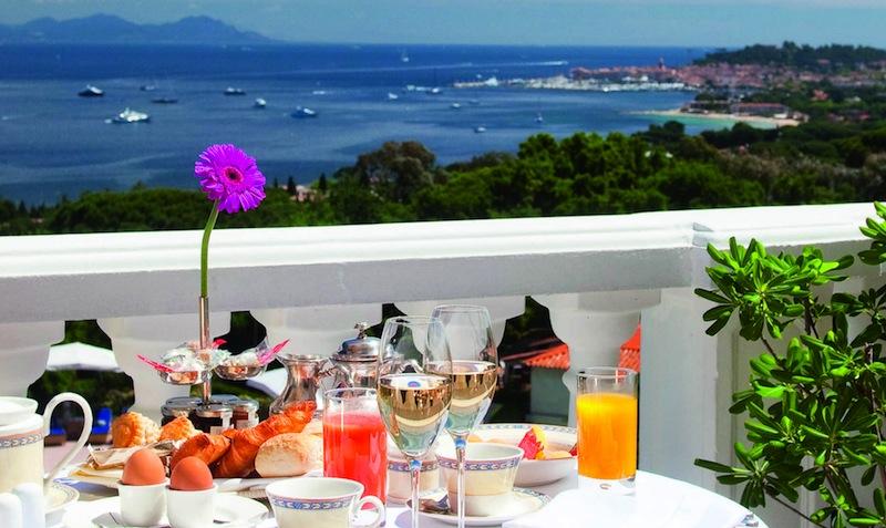 Frühstücken auf der Terrasse der Suite Top-Floor Panoramablick ist ein Traum / © Althoff Hotel Villa Belrose