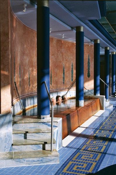 Das Eisenbecken in der CLAUDIUS THERME in Köln / © Claudius Therme Köln