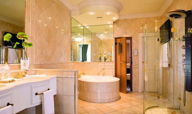 ... Das Luxuriöse Badezimmer Mit Whirlpool Und Sauna In Der Präsidenten  Suite / © Althoff Grandhotel Schloss