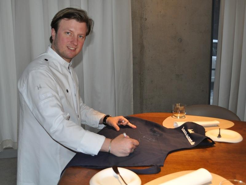 Kevin Fehling unterschreibt als zweiter 3-Sterne-Koch auf der LUSTFAKTOR Schürze / © Redaktion Lustfaktor
