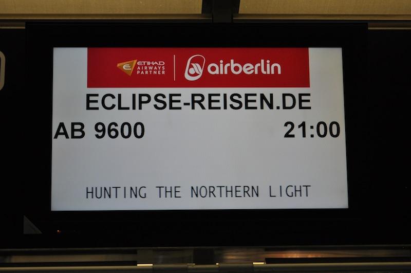 """"""" Hunting the nothern light"""" Einige Reisende wunderten sich über die Anzeigetafel am Check-in / © Redaktion Lustfaktor"""
