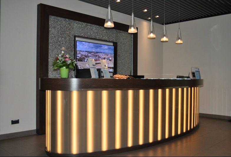 Moderner Empfangsbereich in der Hugo Junkers Lounge auf dem Flughafen Düsseldorf / © Redaktion Lustfaktor