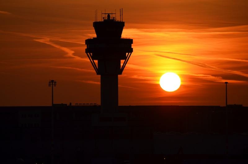 Der Tower vom Flughafen Köln Bonn gibt unserem MILO die Startfreigabe - auf zur Polarlichtjagd / © Flughafen Köln/Bonn GmbH