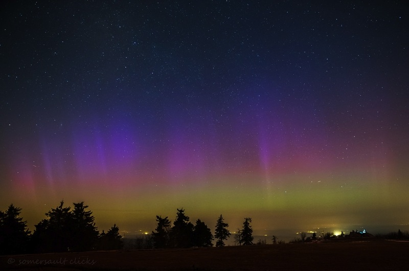 Kaum zu glauben: Aber dieses Polarlicht leuchtete über dem Taunus - aufgenommen von Steffi von Somersault Clicks.