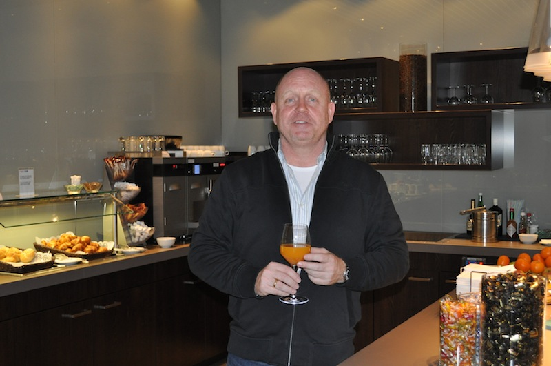 Andreas Conrad besucht vor dem Nordpolflug die Hugo Junkers Lounge. Auf jedem Flughafen nutzt er die Gelegenheit die Lounge zu vergleichen
