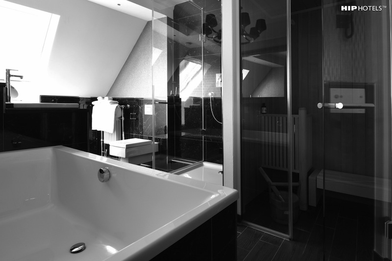 In der obersten Etage befindet sich ein schönes Bad mit kleiner Sauna, einer Regendusche und einer 1,80 Meter großen Badewanne / © HIP Hotels / Humboldt1