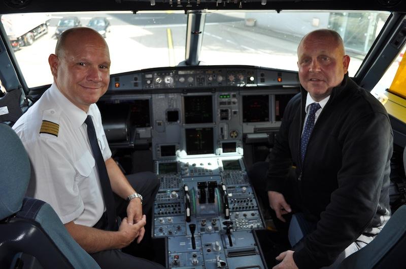 Es war ein tolles Erlebnis dieser Sonderflug mit airberlin. Herausgeber vom Luxus & Lifestyle Magazin LUSTFAKTOR hier mit Kapitän und airberlin- Chefpilot Derek Fund im Cockpit des Airbus A320 / © Redaktion Lustfaktor