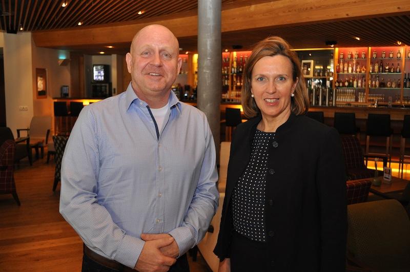 Bärbel Frey (r.) ist Geschäftsführerin in der AQUA DOME Tirol Therme Längenfeld. Herausgeber vom Luxus & Lifestyle Magazin Andreas Conrad hat sich bei seinem Aufenthalt mit Bärbel Frey über die Thermenlandschaft in Österreich ausgetauscht.