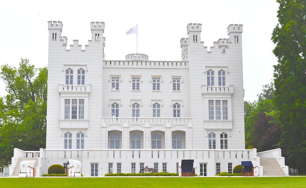 Blick auf die Burg Hohenzollern. Neun luxuriöse Doppelzimmer und ebenfalls neun luxuriöse Suiten stehen hier den Gästen bereit / © Redaktion Lustfaktor